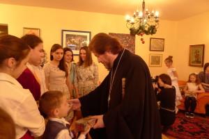 2015-январь Митрополит Киринский Афанасий вручает детям рождественские подарки